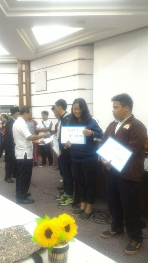 selamat!!! Ita Angelina siswa paket C PKBM Bina Insan Kamil, Juara 2 dalam lomba prakarya dari bahan daur ulang.