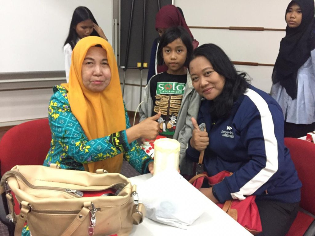 Bu Catur Galuh dan Ita Angelina, usai lomba kreatifitas siswa paket C PKBM Tangerang Selatan