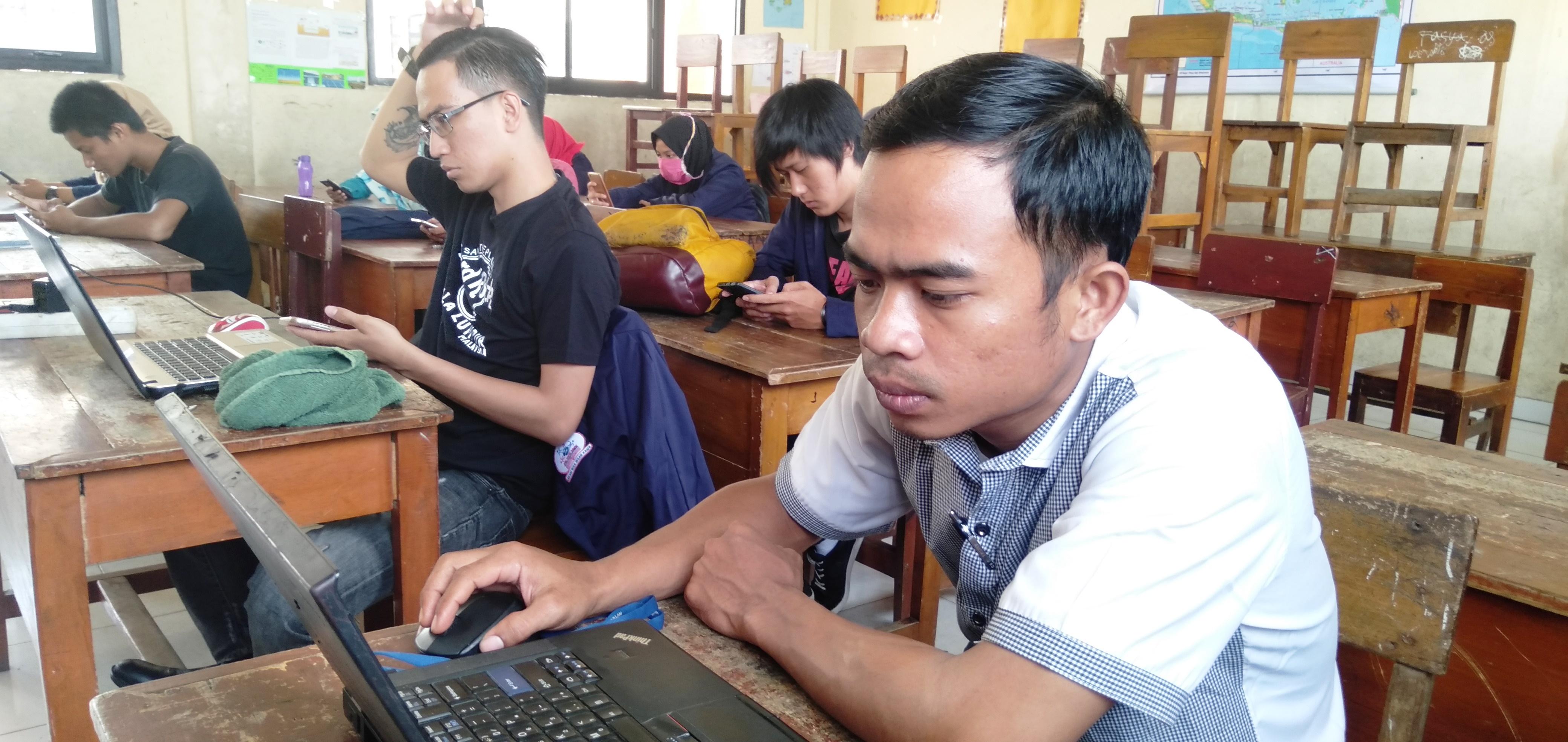 siswa paket C sedang mengerjakan soal ujian online